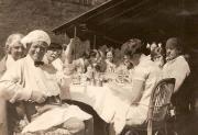Willem Mengelberg (met muts) in zijn buitenhuis Chasa in Zwitserland, 1924.Links van hem Hilda de Booij en rechts van hem Charles Boissevain, geheel rechts Hendrik de Booij, Rudi Mengelberg voorovergebogen met bril.