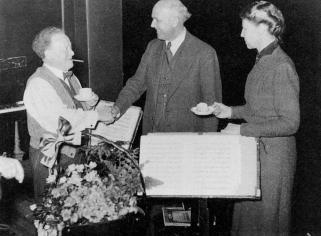 Willem Mengelberg wordt gelukgewenst met zijn 69ste verjaardag door Walter Gieseking op 28 maart 1940. Rechts Ellie B. Heemskerk