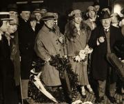 Mengelberg en het Concertgebouworkest, terugkeer in Amsterdam na de concerttournee door Duitsland en Zwitserland in 1927. Rechts Louis Zimmerman.