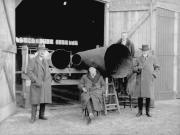 Proeven met de Irenaphoon van A.D. Loman, midden Willem Mengelberg, rechts A.D. Loman en Johan Wagenaard, 1928. Nederlands Muziek Instituut
